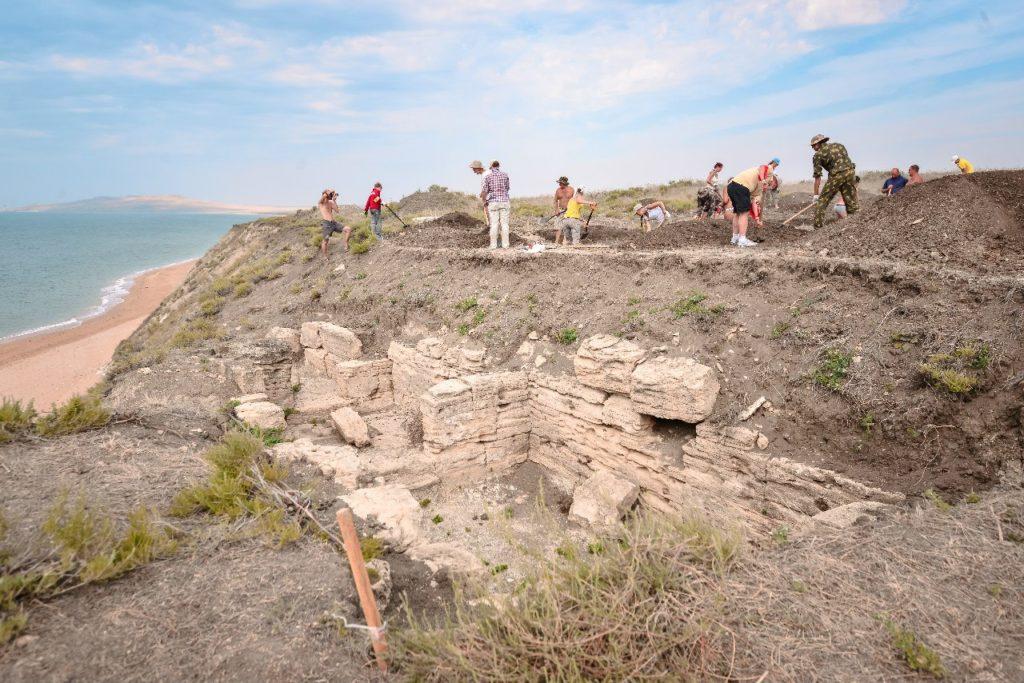 """Волонтеры фонда """"Археология"""" расчищают античный склеп"""