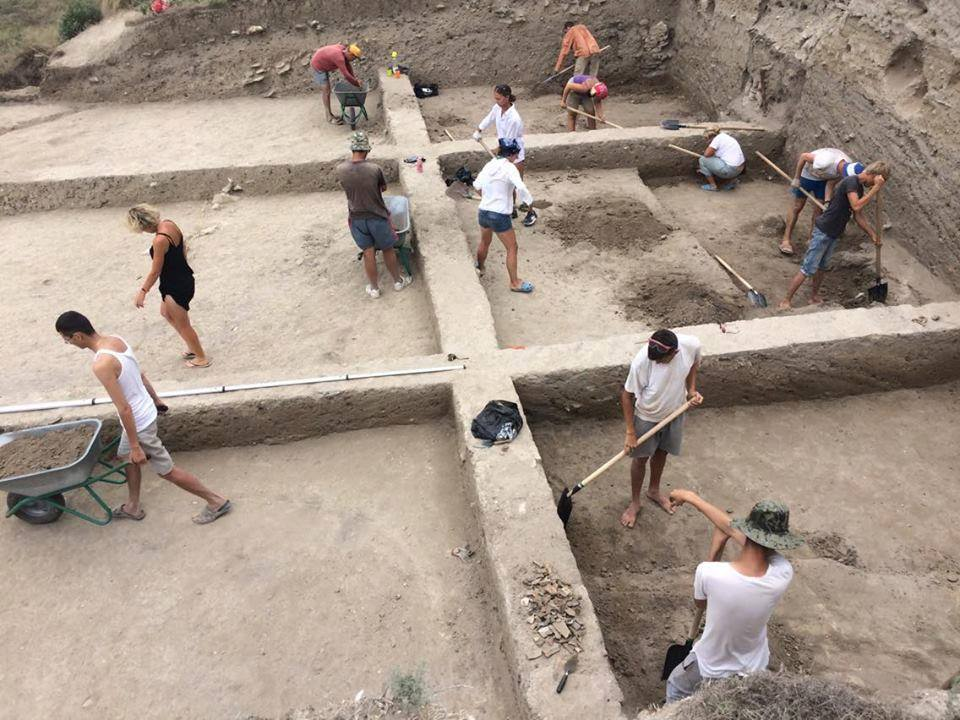 """Волонтеры фонда """"Археология"""" на раскопках античного города Китей"""