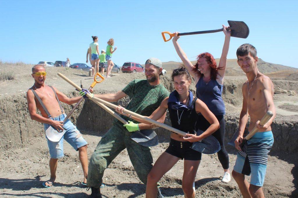 Волонтеры на раскопе