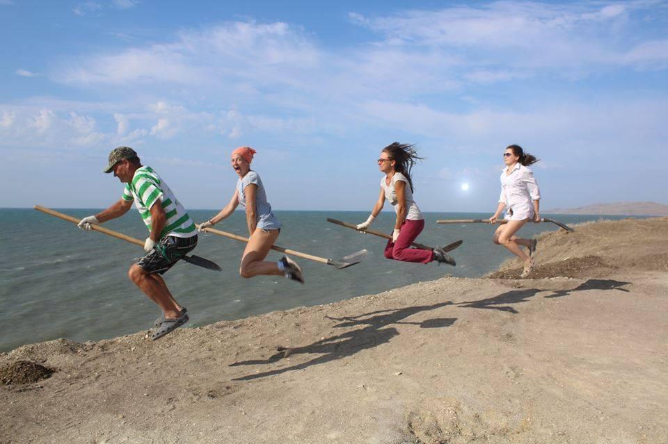 Физически стойкие волонтеры летают по раскопу