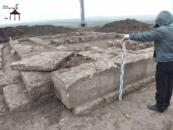 Разрушение центрального алтаря храма, произведенные грабителями