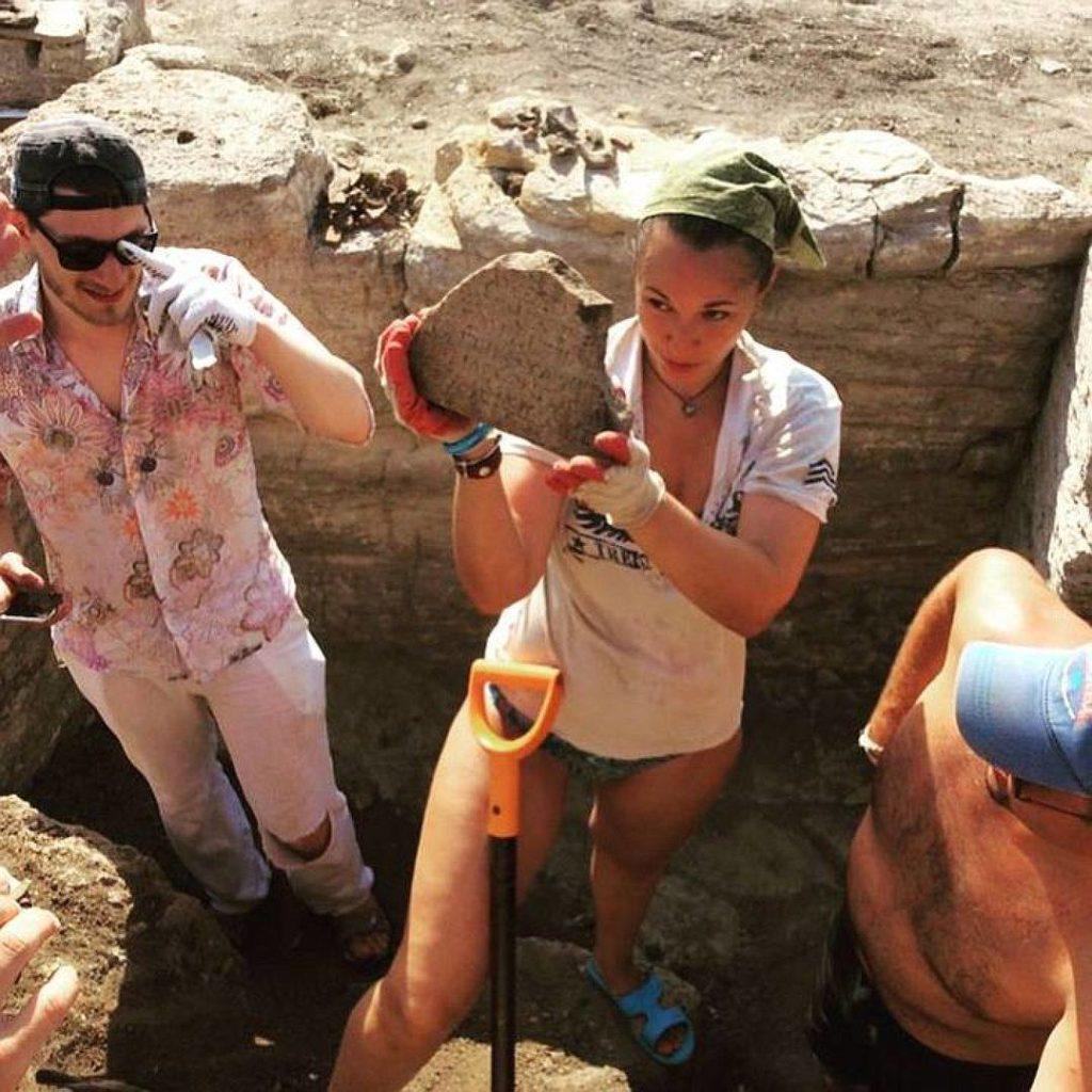 Античная плита с эпитафией боспорского царя обнаруженная в одном из склепов